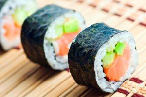 Bandeja de 30 piezas de sushi en Akari Sushi por $410